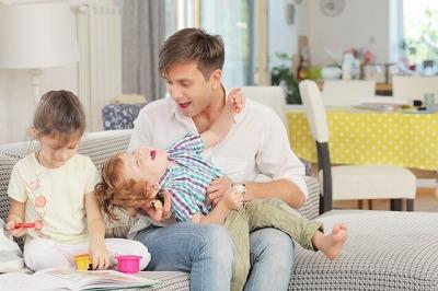 娘と遊ぶパパ