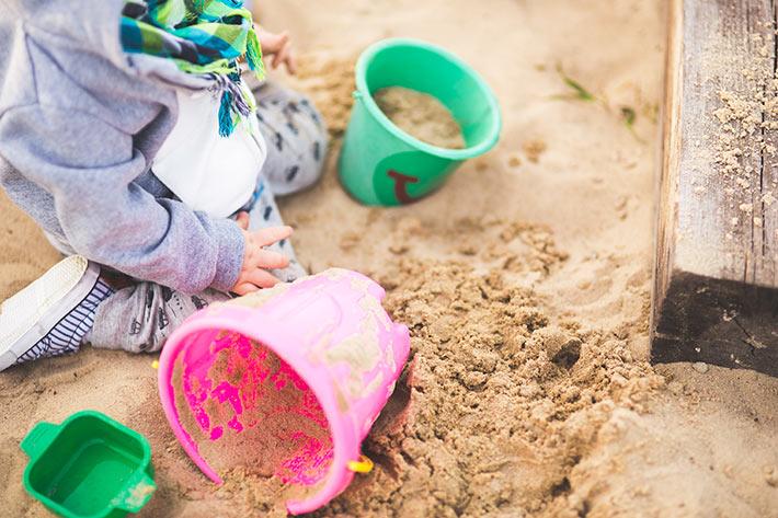 砂場で遊ぶ子供の画像