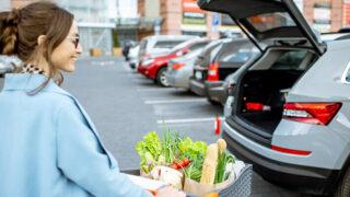 スーパーの駐車場を歩く女性の画像