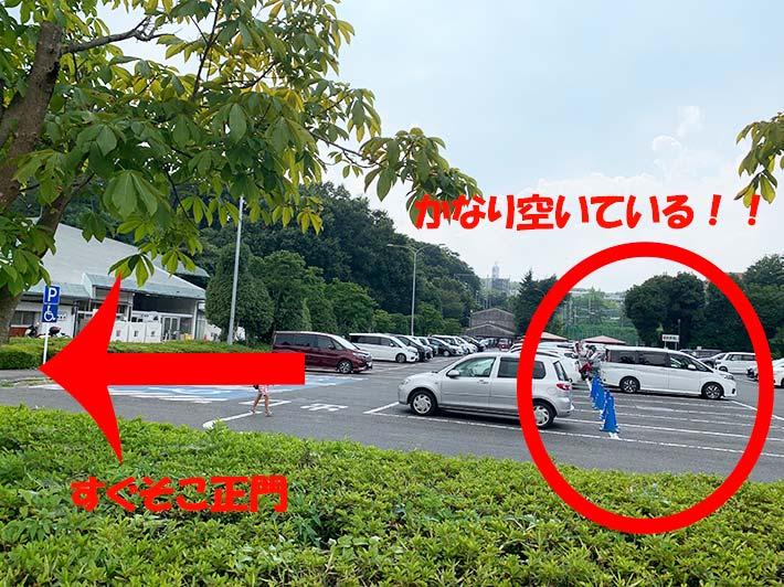 正門前の駐車場の画像