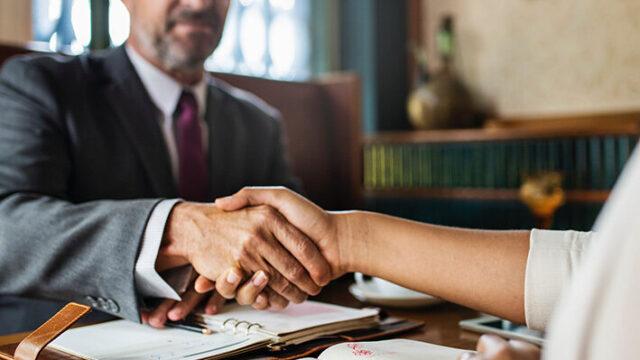 握手する男性と女性の画像
