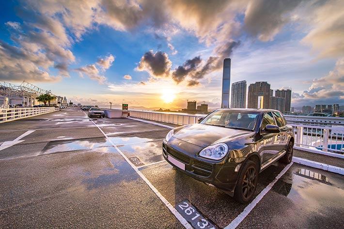 屋上駐車場に停めてある車の画像