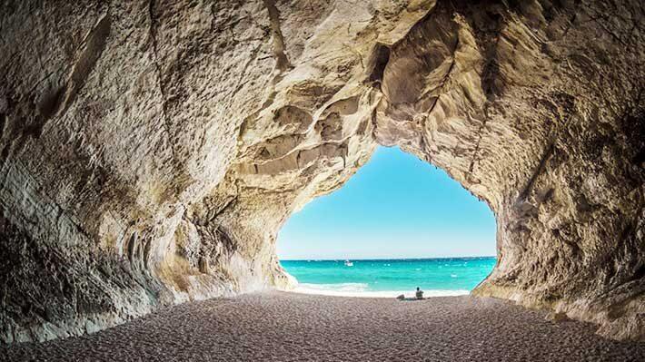 洞窟の外には青い海