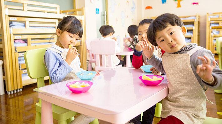 保育園でランチを食べる子ども達の画像