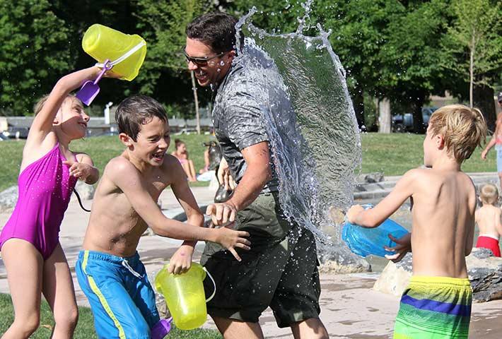 水遊びしている子ども達の画像
