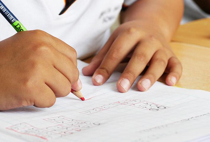 勉強している少年の手元の画像