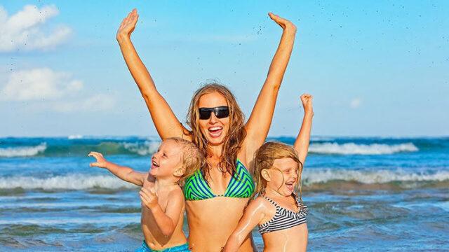 海で遊ぶ親子の画像