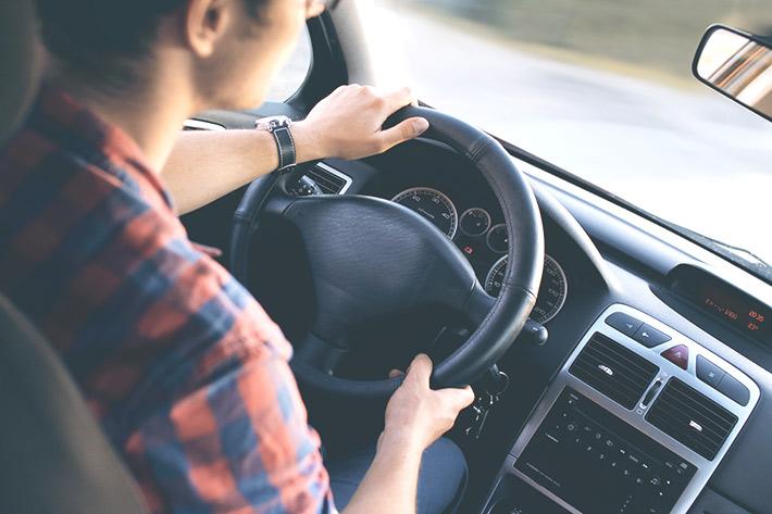 男性が車を運転している写真