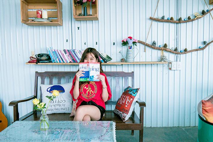 子ども部屋で読書をする女の子