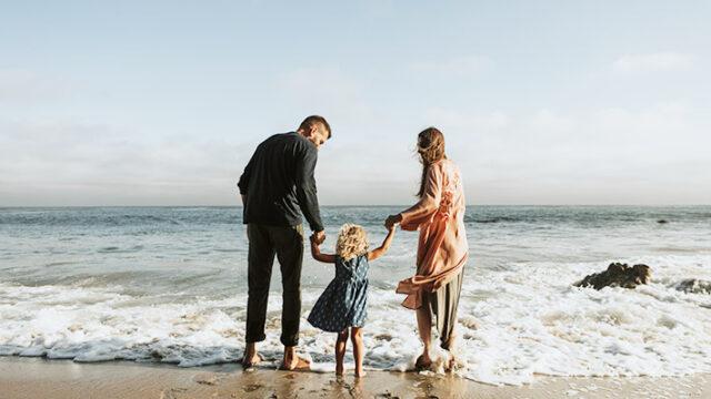 海で遊ぶ家族の画像