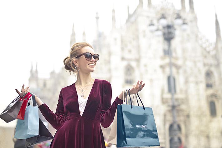 女性が買い物袋をたくさん持っている画像