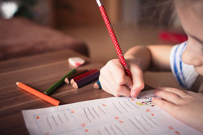 机で勉強している女の子