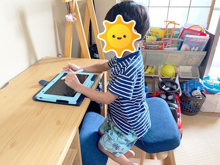 勉強机でスマイルゼミを勉強している息子