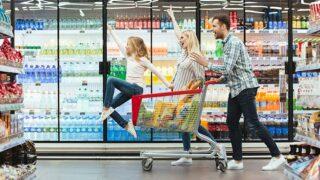 ハワイのスーパーで買い物中の家族の写真