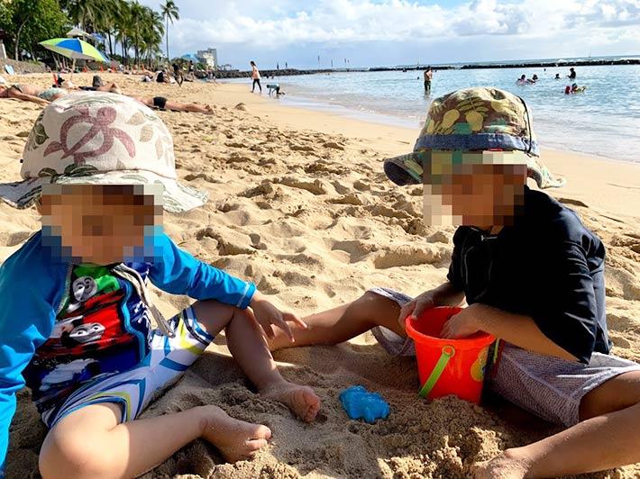 ハワイのビーチで遊ぶ子供たち