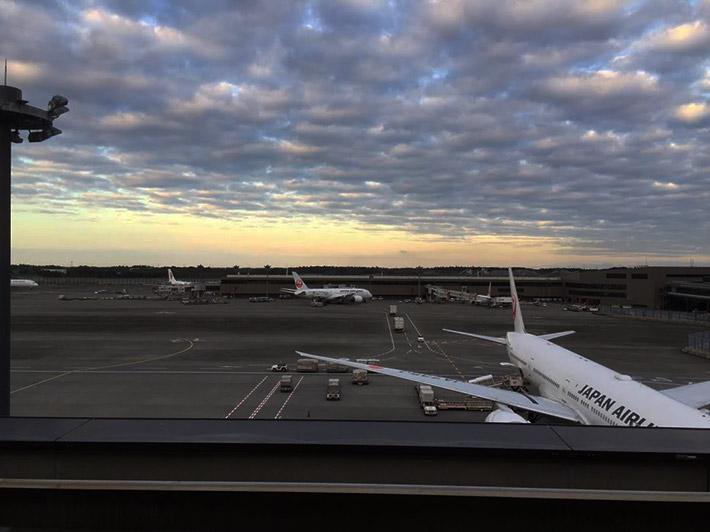 空港の展望デッキから眺める飛行機