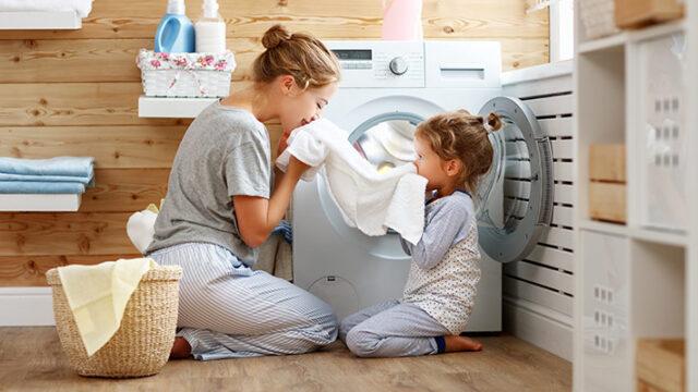 きれいな洗濯機で洗濯中の親子