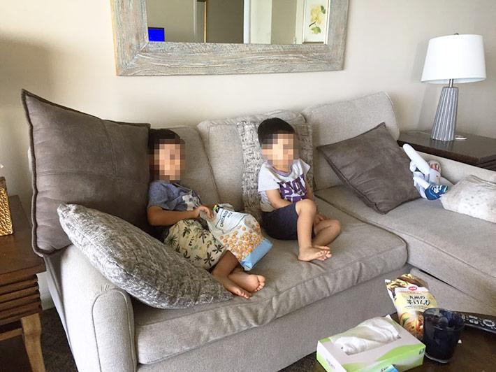 テレビを観る子供たち