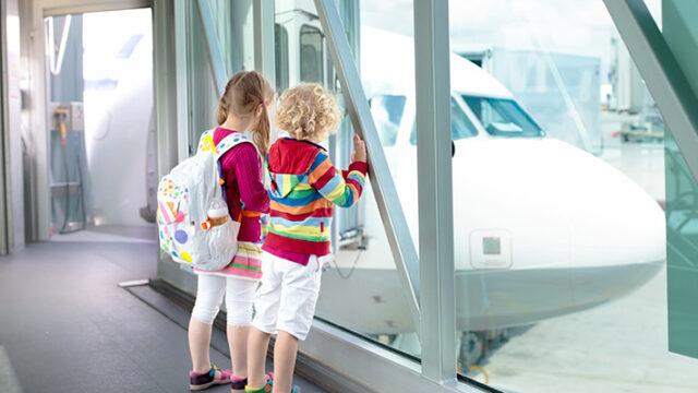 飛行機を待つ子ども達