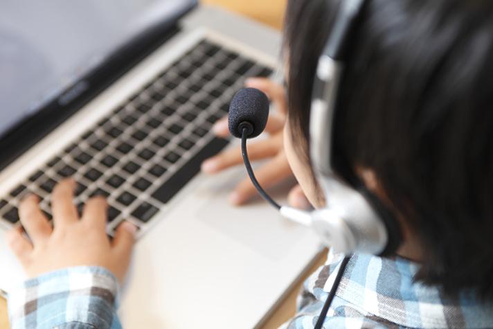 オンライン英会話をする子供