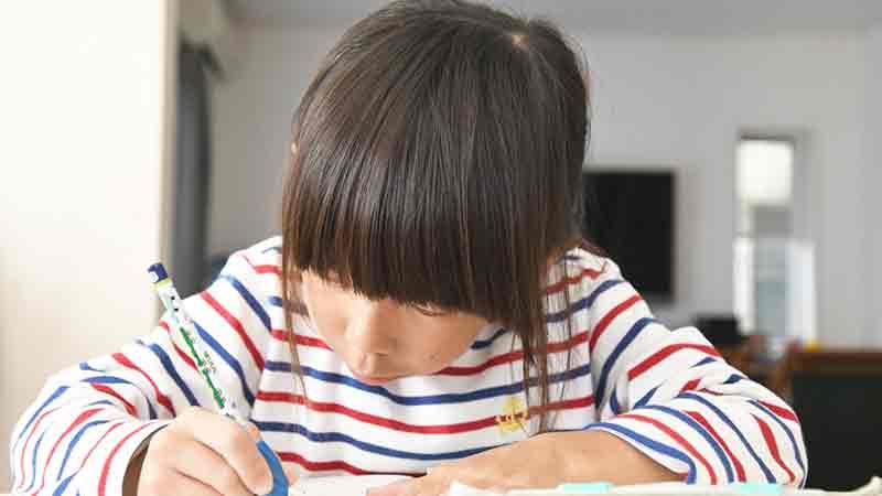 勉強している少女